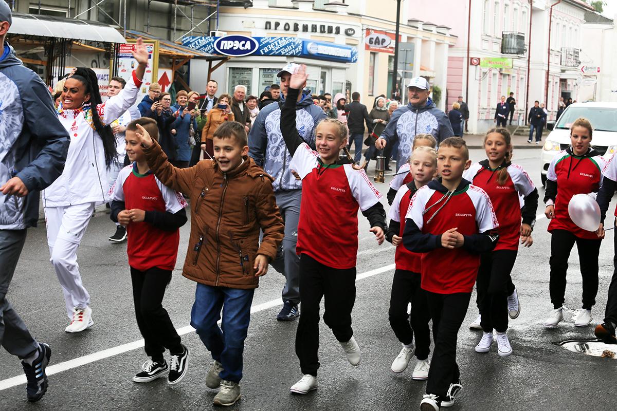Екатерина Станкевич бежит со своими детьми. Фото: Евгений ТИХАНОВИЧ