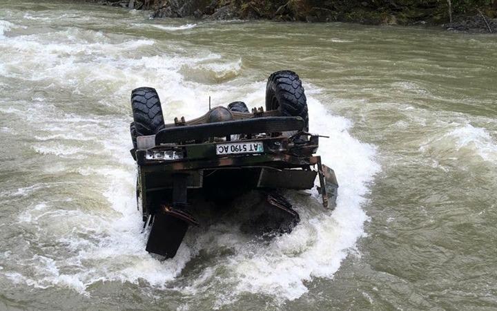 На Карпатах с 40-метрового обрыва в реку упал грузовик с туристами. Несколько человек погибли – скорее