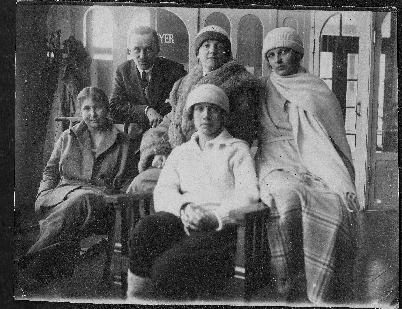 София Езерская (в меховой шубе) с друзьями. Фото: архив Януша ФРОНЦКЕВИЧА (Польша)