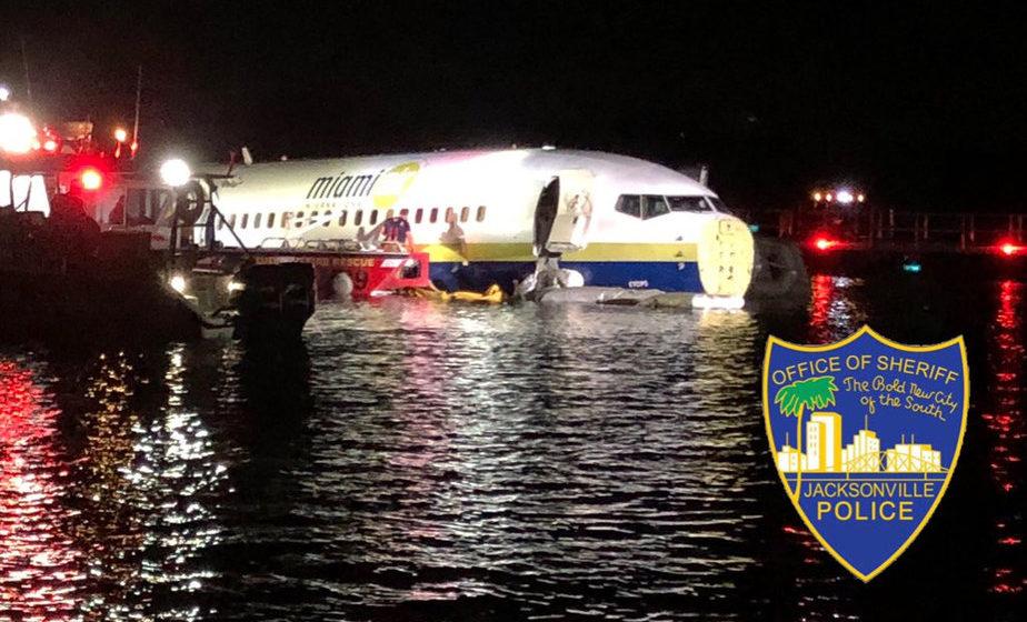 После приземления Boeing 737 выехал за пределы взлетно-посадочной полосы и упал в реку в США