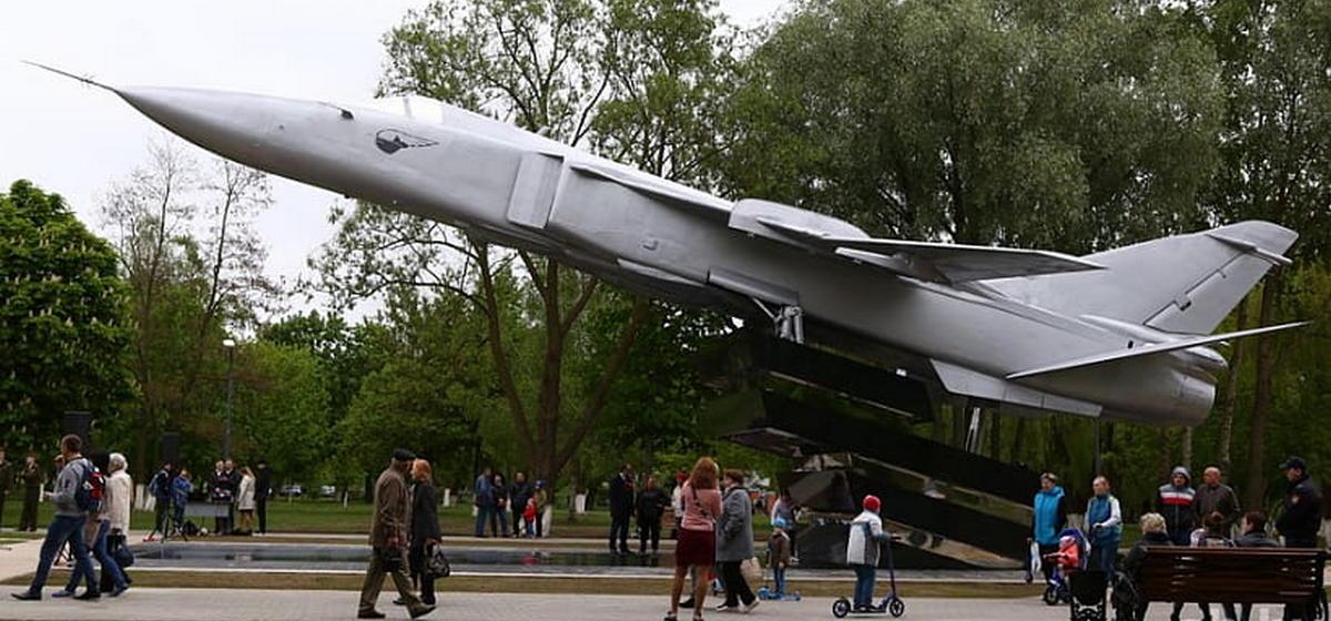 В Гомеле установили бомбардировщик Су-24, который привезли из Барановичей