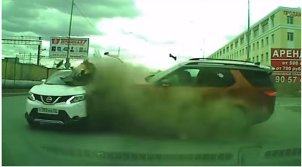 ТОП-5 ужасных аварий за неделю: массовое ДТП, столкновение в тоннеле и неуправляемая легковушка задела пешехода (видео 18+)