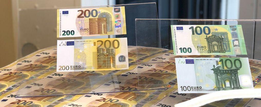 В странах ЕС с 28 мая ввели в обращение новые купюры в 100 и 200 евро. Чем они будут отличаться (фото)