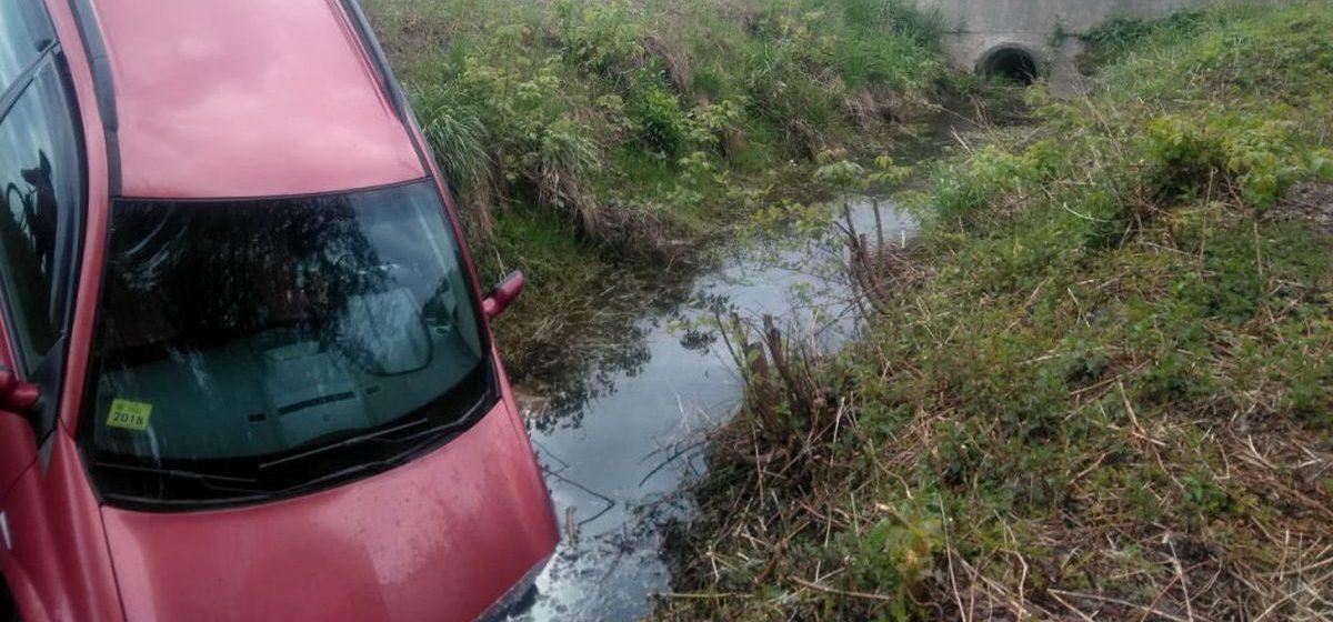 В Ганцевичах столкнулись три автомобиля. Одна машина вылетела в канаву
