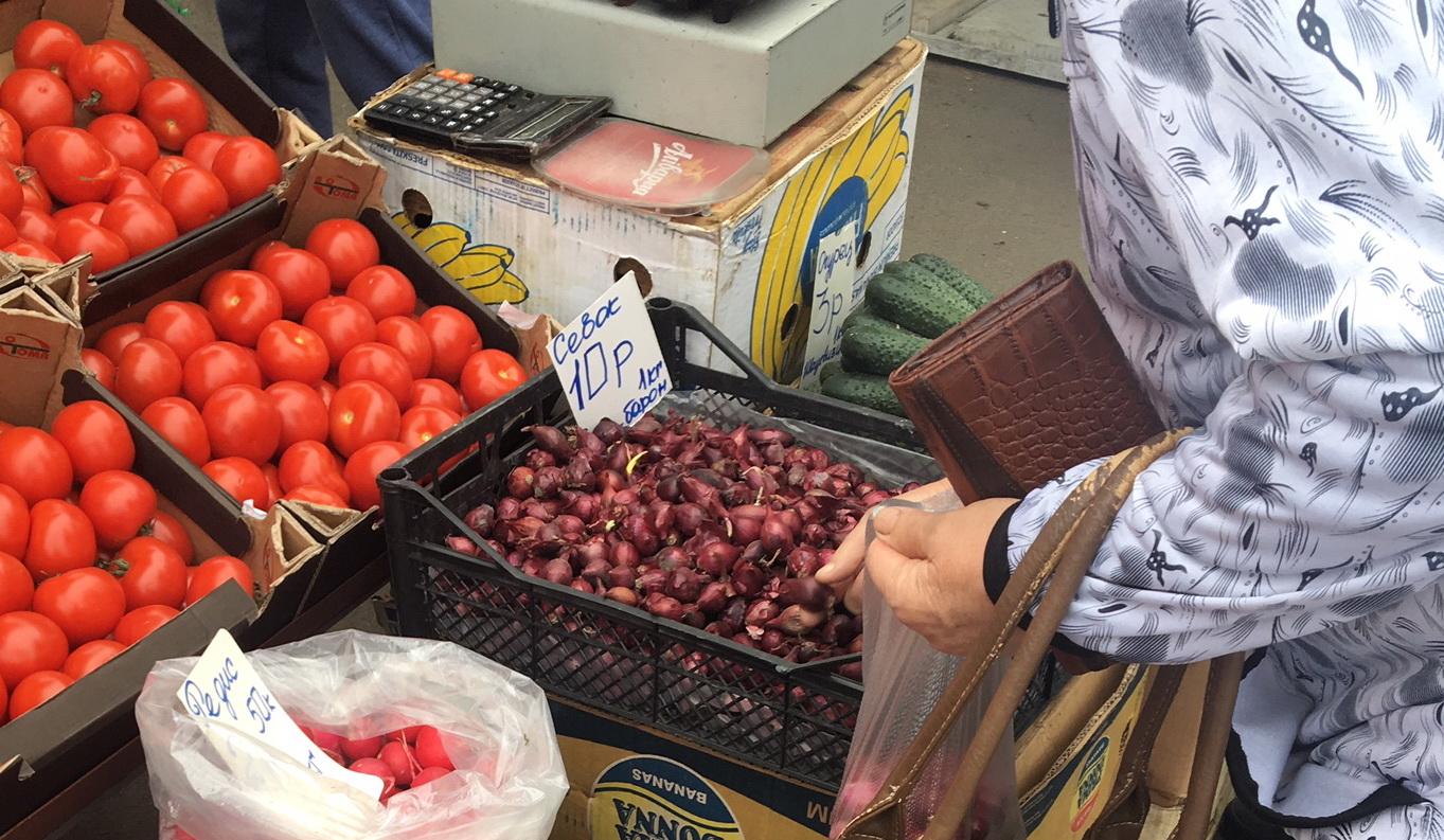 Самый дешевый лук-севок на «Полесском» рынке 14 мая стоил 10 рублей за килограмм. Фото: Екатерина БУБЕН