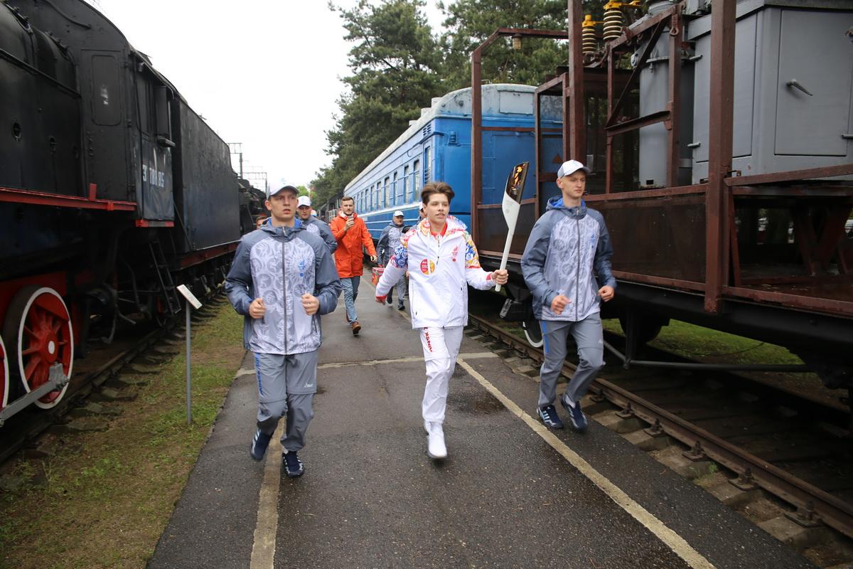 Даниэль Ястремский, участник детского Евровидения, с факелом «Пламя мира» в железнодорожном музее. Фото: Татьяна МАЛЕЖ
