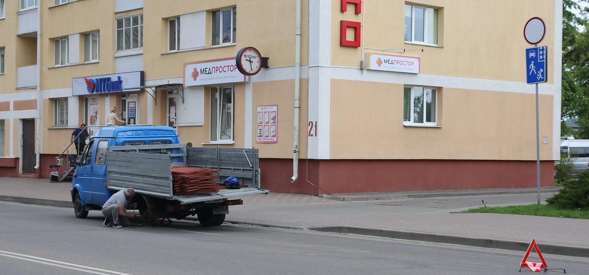 В Барановичах у грузовика на ходу отвалилось колесо и влетело в легковой автомобиль. Фотофакт