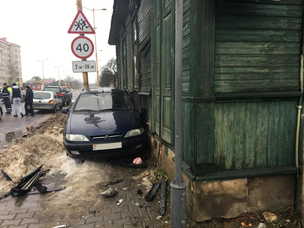 30 декабря 2018 года. Автомобиль, которым управляла обвиняемая, от удара отбросило к стене дома.  фото: екатерина бубен,  intex-press