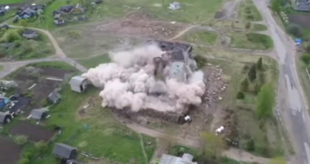 Спасатели взорвали в Ушачском районе заброшенное здание бывшего Дома культуры (видеофакт)