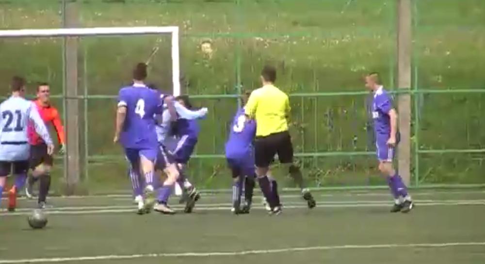 Массовую драку во время футбольного матча устроили игроки юношеских команд «Слонима» и «Гранита»