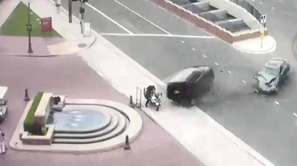 ТОП-5 ужасных аварий за неделю: полицейского после столкновения с внедорожником забросило в фонтан, выпавшие пассажиры и лихач на встречке (видео 18+)