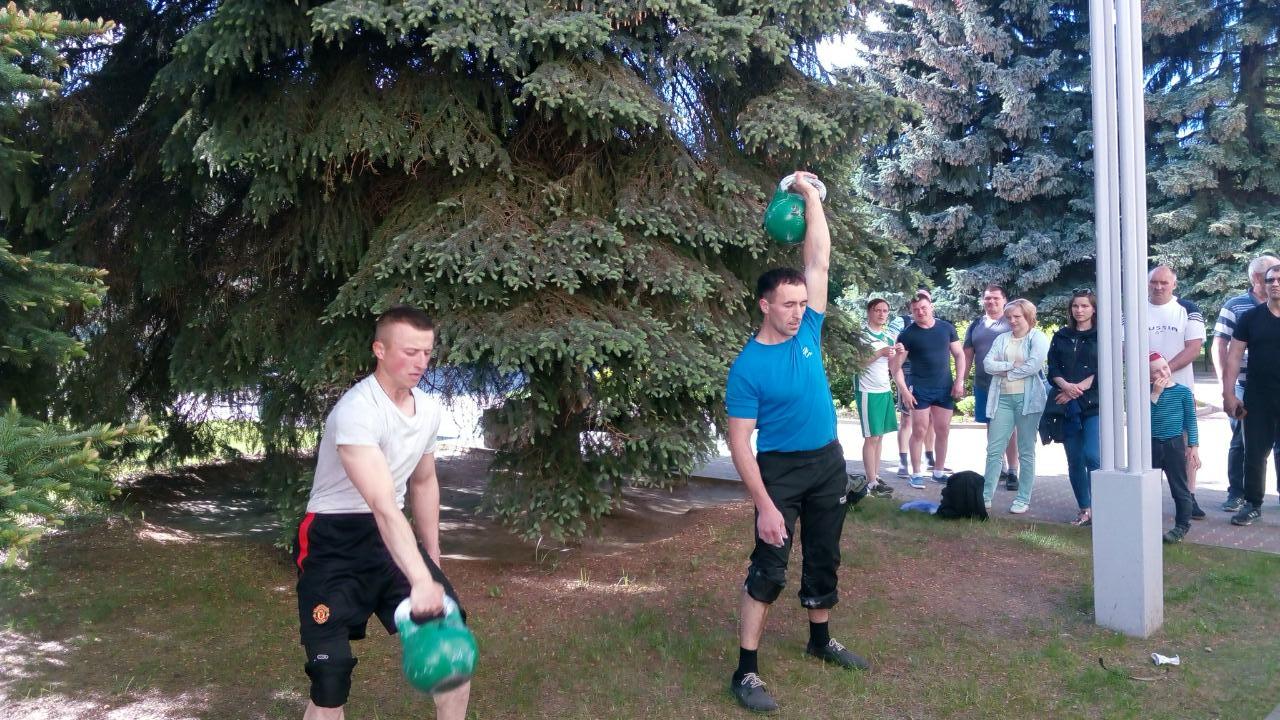 Иван Щур (справа, локомотивное депо, 75 кг) победил с результатом 110 подъемов.
