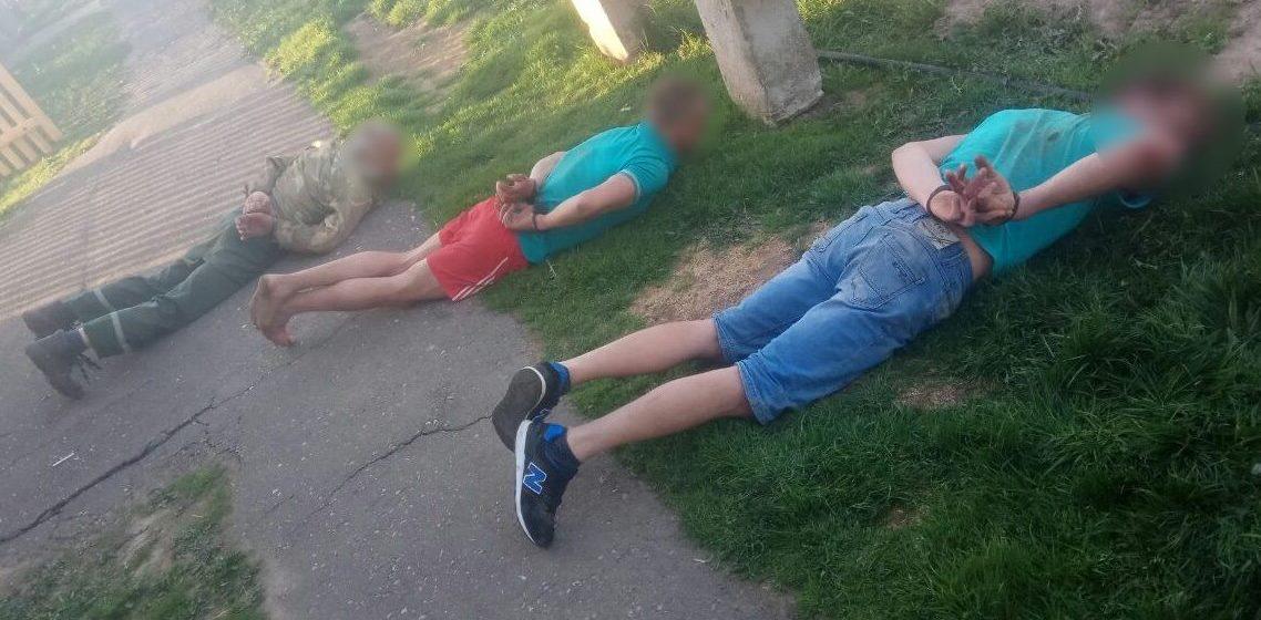 В Столбцовском районе пьяный отец с сыновьями сначала ранили собутыльника, а потом стали угрожать вилами милиционеру