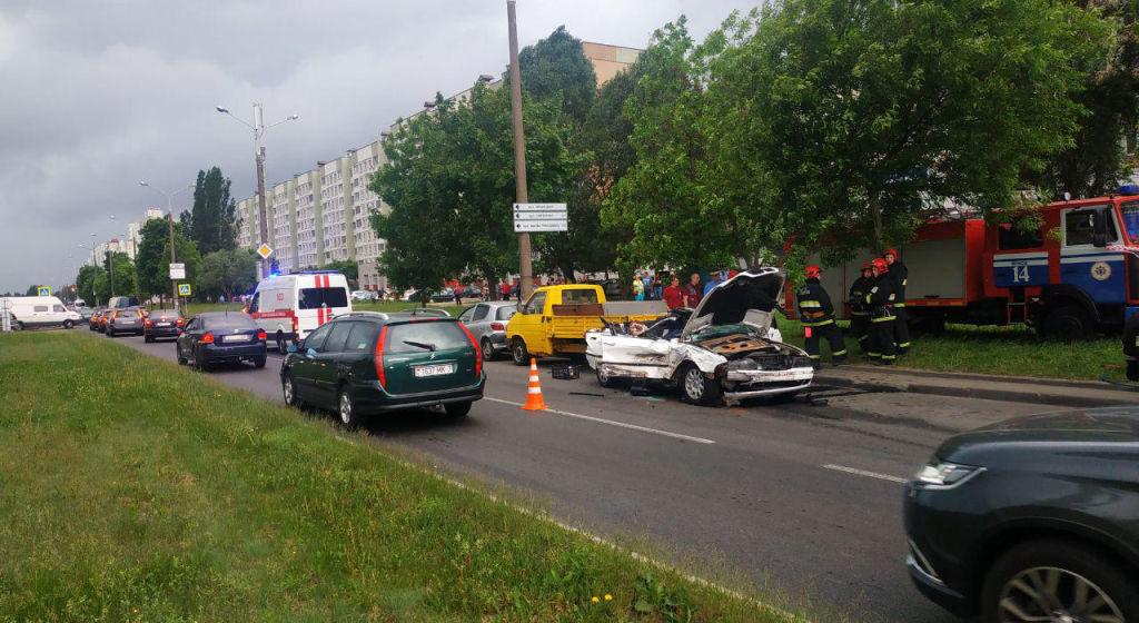 BMW влетел в стоящий фургон в Минске, погибли два человека