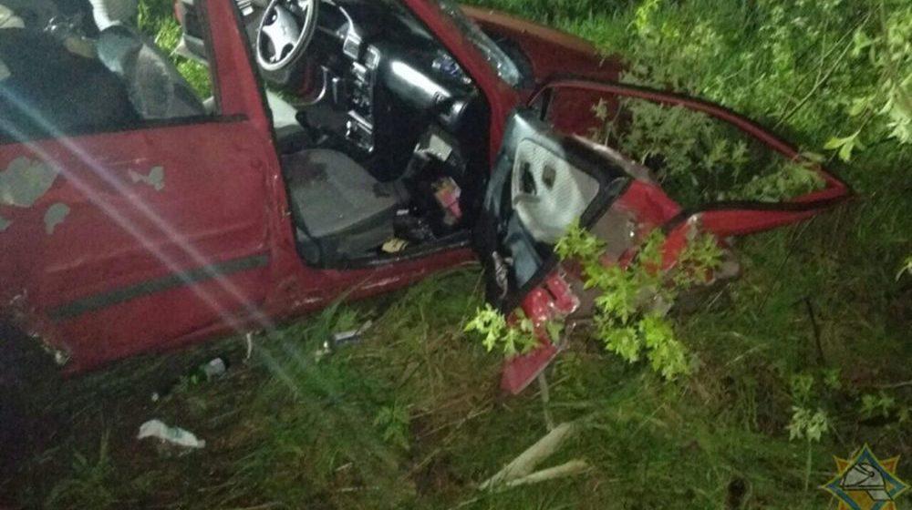 Пьяный бесправник на «Ниссан Санни» вылетел с дороги и врезался в дерево в Ганцевичском районе