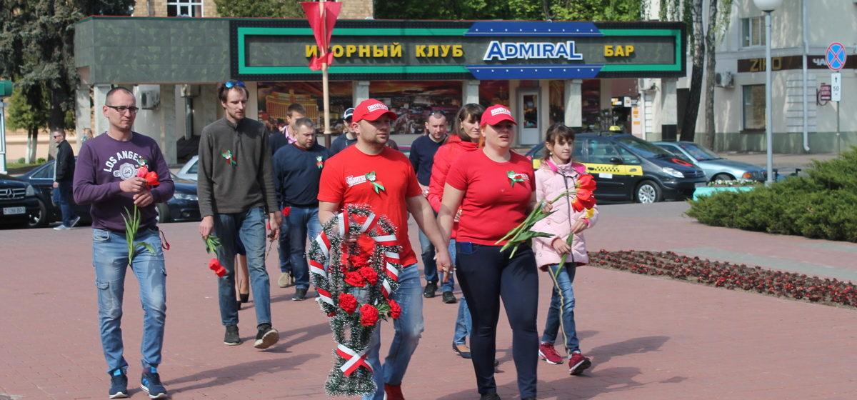 Участники барановичского автоклуба Drive2.ru в День Победы посетили памятные места города
