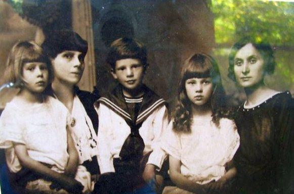 Графиня Мария Розвадовская с детьми. Фото: архив Изабеллы ПАРОВИЧ (Польша)