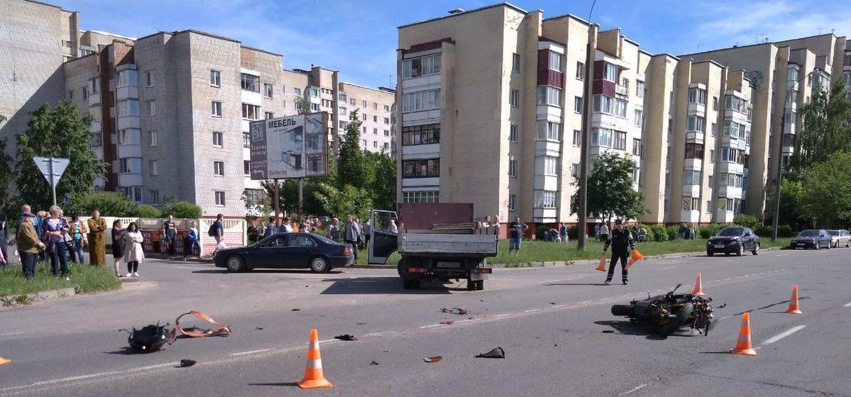 Мотоцикл и грузовик столкнулись в Барановичах. Водителя мотоцикла увезла скорая