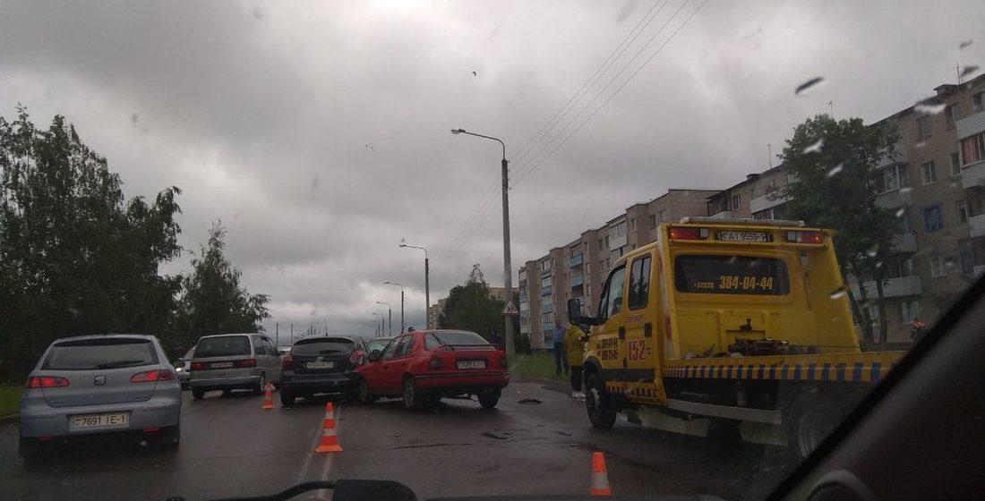 Три автомобиля столкнулись в Барановичах в Южном микрорайоне. Видеофакт
