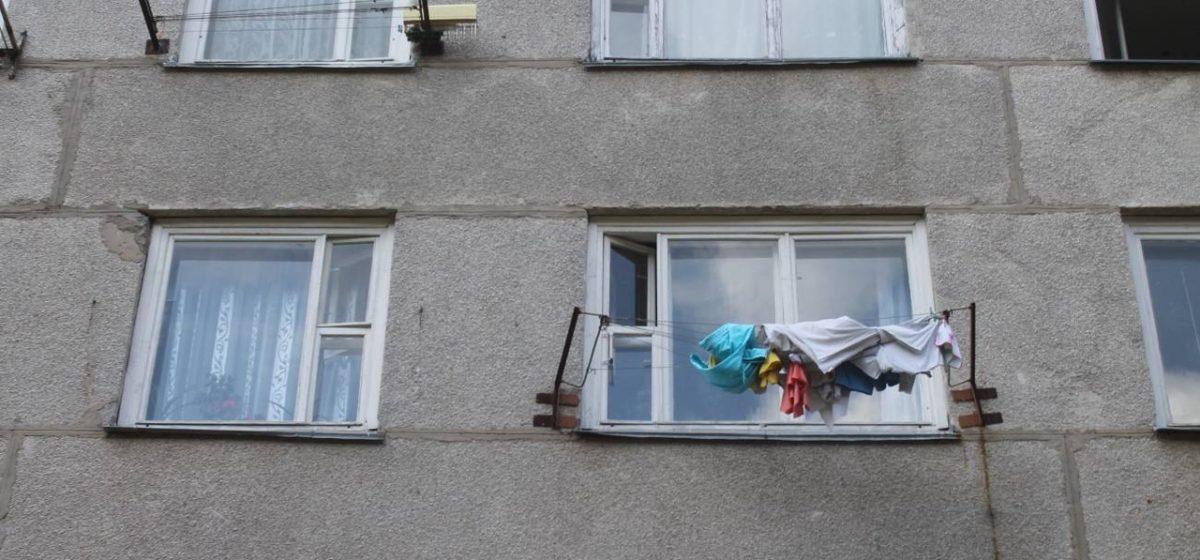 В Березовке женщина вытолкнула в окно соседку: надоело, что та жалуется на жизнь