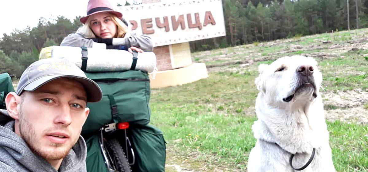 На велосипедах и с собакой. Барановичские молодожены отправились в необычное свадебное путешествие в Грузию