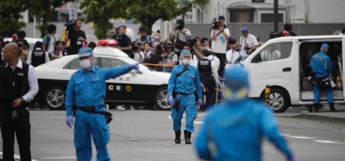 В Японии преступник с ножом напал на школьниц. Два человека погибли, 16 ранены