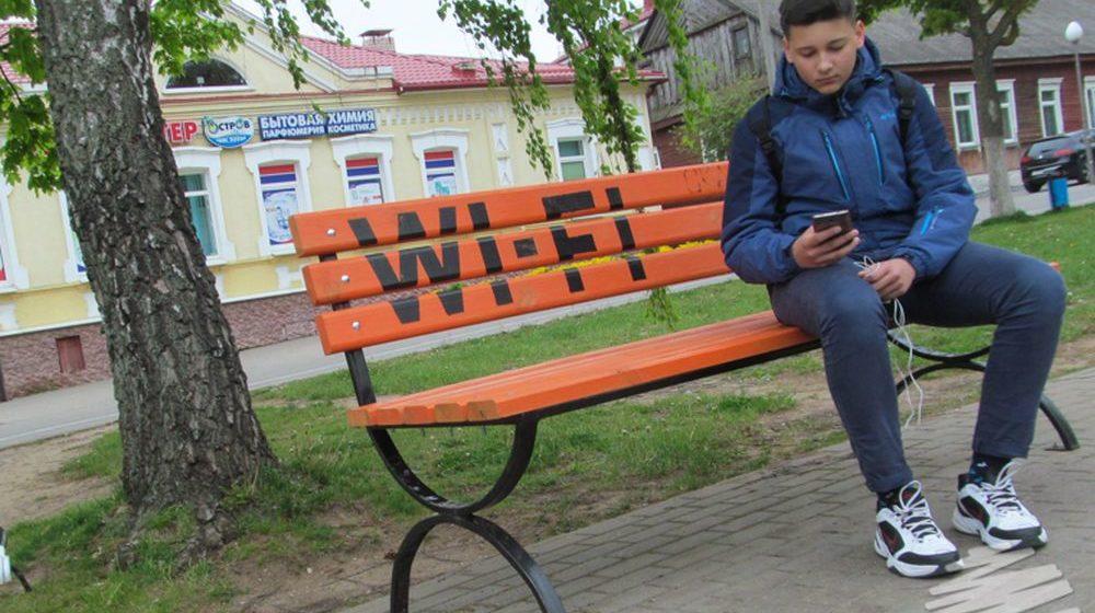 В Ляховичах появились скамейки с бесплатным WI-FI и пункты подкачки велосипедных колес (фотофакт)