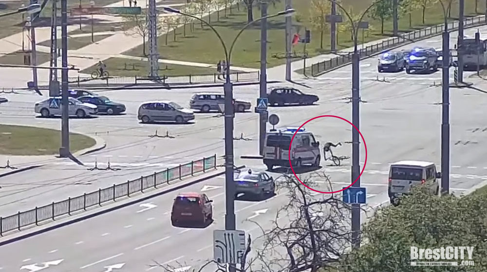 В Бресте машина скорой сбила велосипедиста. Видеофакт