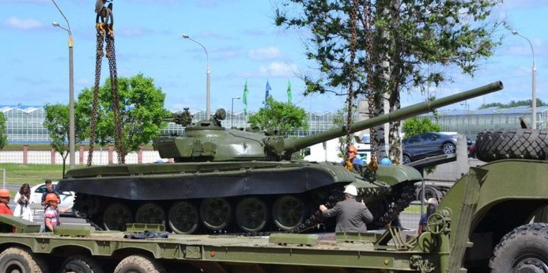 Возле офиса компании Wargaming в Минске установили настоящий танк Т-72 (фото)