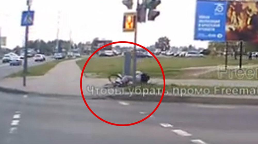 Велосипедист не спешился на переходе в Бресте и… упал. Видеофакт