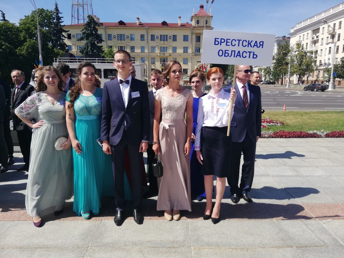 Карина Кобрин, Надежда Щебет и Станислав Ворошкевич (слева направо) перед балом. Фото: Газета БарГУ on-line