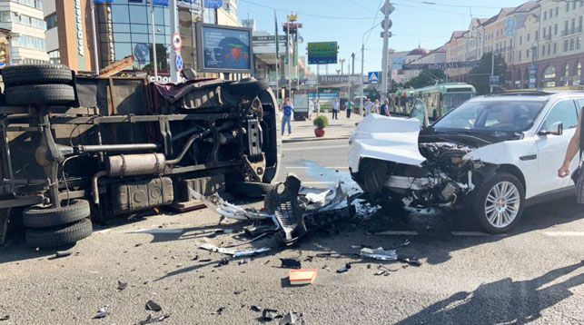 Серьезная авария в Минске. «Ягуар» столкнулся с грузовиком, перевозившим продукты