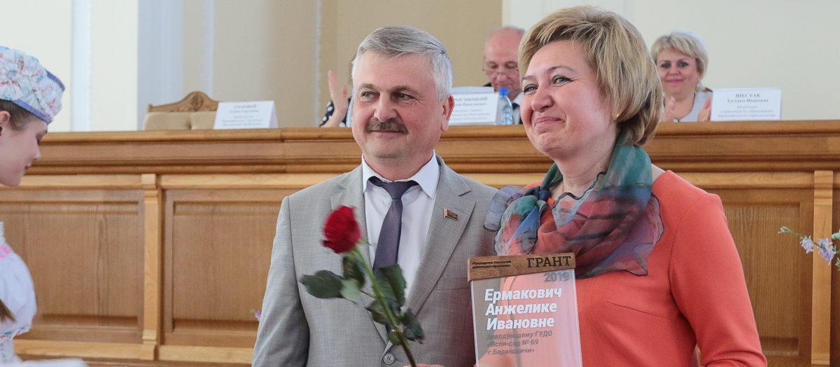 В Барановичах наградили лучших учителей по итогам учебного года