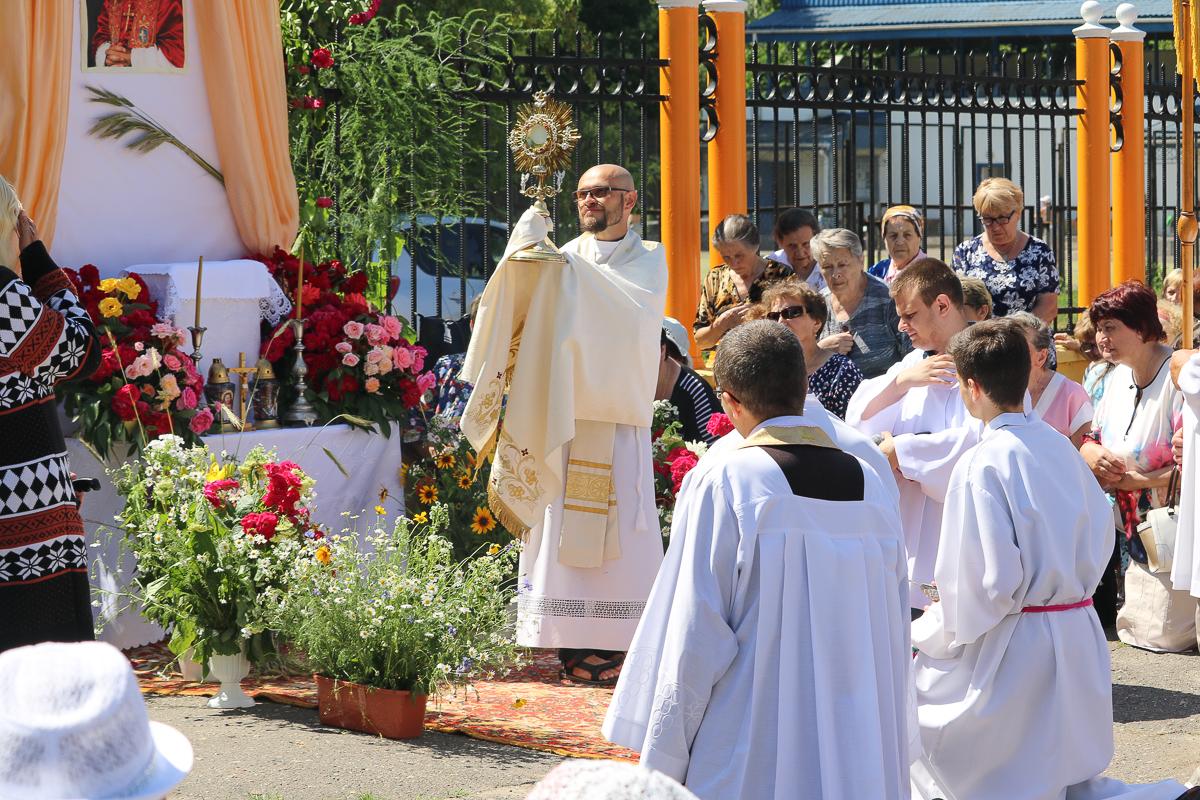 Священник с дароносицей. Фото: Александр ЧЕРНЫЙ