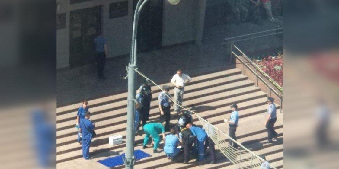 Мужчина порезал себе вены на крыльце облисполкома Гомеля