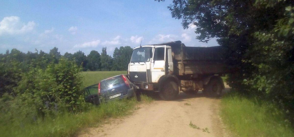 Под Браславом Ford столкнулся с грузовиком — пострадали женщина и двое детей