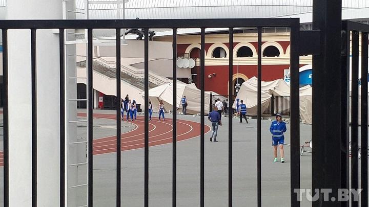Ветер перевернул палатки, установленные к Европейским играм возле стадиона «Динамо». Фотофакт