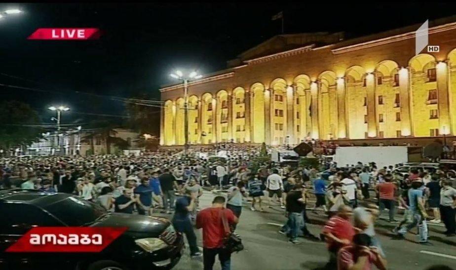 Протесты в Тбилиси: как выступление российского депутата в парламенте Грузии привело к массовой акции с десятками пострадавших