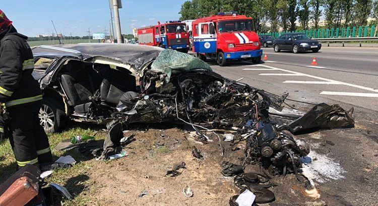 «Опель» разорвало на части в ДТП на Минской кольцевой. Фотофакт