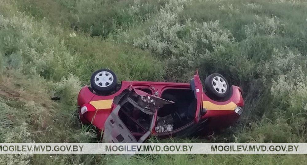 Легковушка протаранила ограждение и съехала в кювет под Чаусами: погиб пассажир, который вылетел из салона