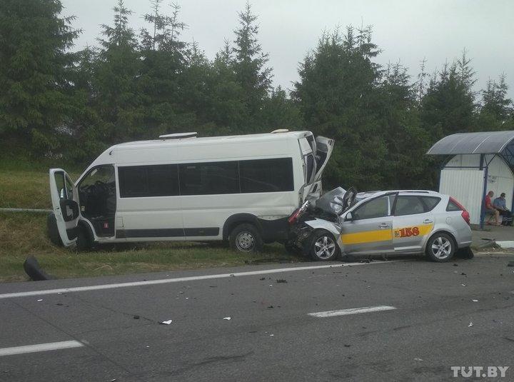 Серьезная авария под Минском: такси столкнулось с маршруткой, есть погибший (фото)