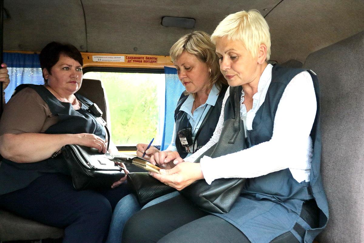 Во время рейда на остановки в разных микрорайонах контролеров подвозят на микроавтобусе.