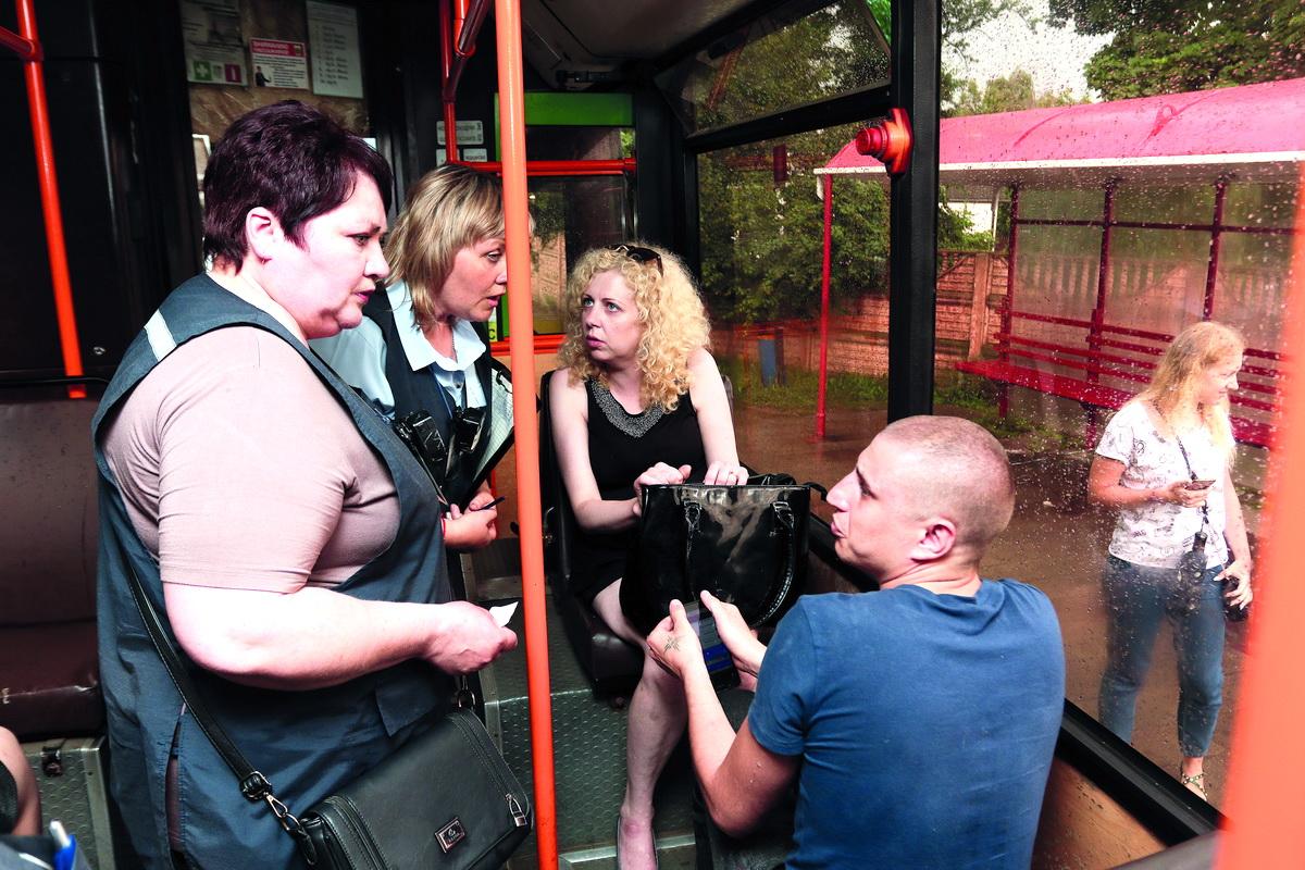 На проверку проездных билетов у пассажиров одного автобуса контролерам требуется около двух минут.  Фото: Александр ЧЕРНЫЙ