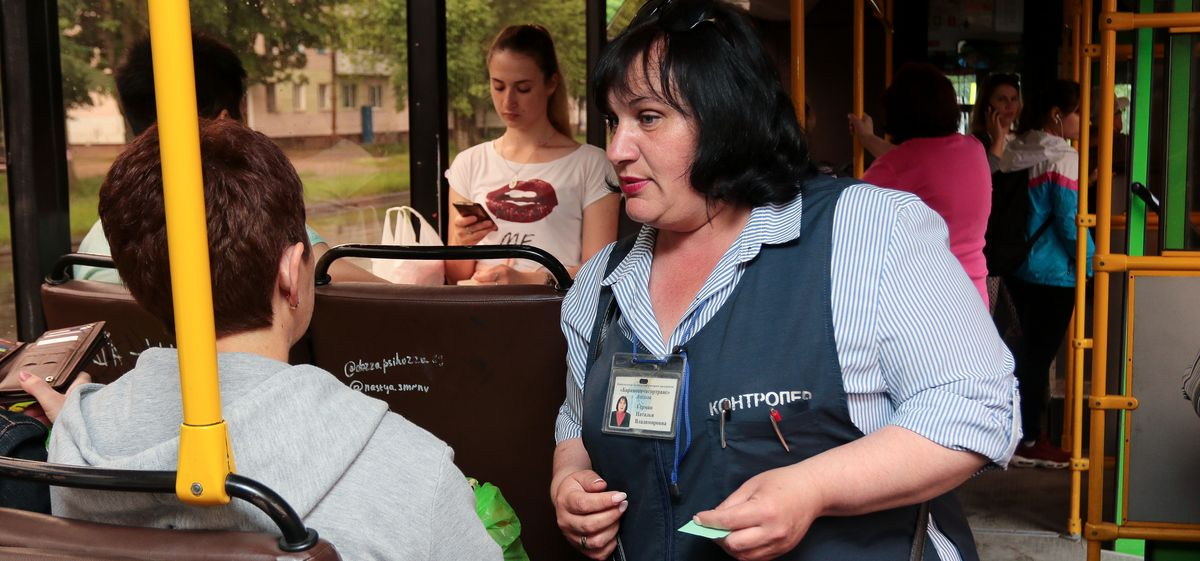 Наталья Герман проверяет у пассажиров проездные документы. Фото: Александр ЧЕРНЫЙ