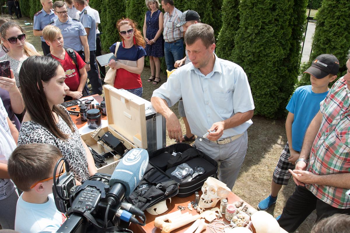 Выставка оборудования для проведения судмедэкспертизы. Фото: Александр ЧЕРНЫЙ