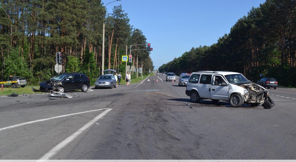 Крайслер не уступил дорогу и врезался в Пежо на М1/Е30