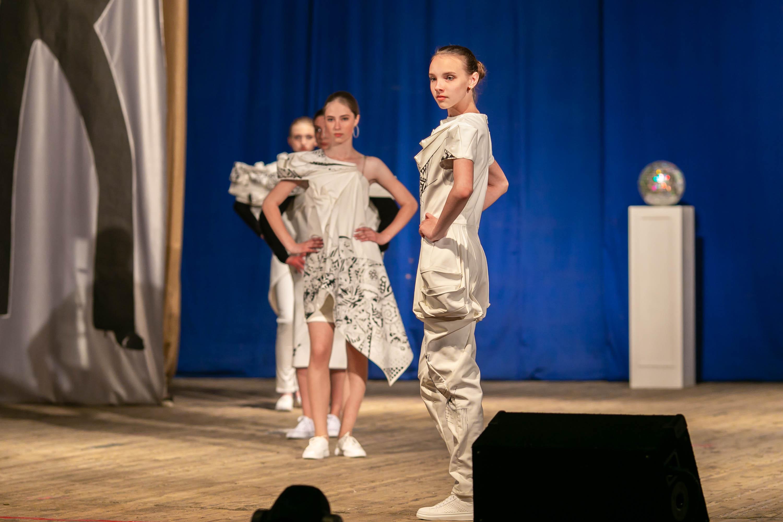 Авангардная, футуристическая коллекция «Антистресс» выполнена в белом цвете с ручной росписью акриловыми красками. Во всех моделях плоскостные геометрические формы и линии переходят в форму и геометрию в самом изделии. Фото: архив модельного агентства Сергея НАГОРНОГО
