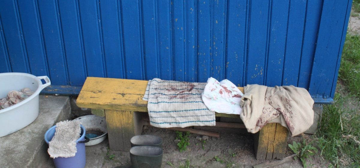 Больной шизофренией мужчина напал с садовой тяпкой на старушку в Слониме. У женщины сломаны лицевые кости черепа