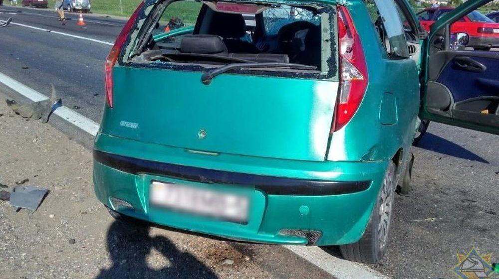 На трассе под Смолевичами столкнулись три легковушки и маршрутка, пострадала женщина-водитель