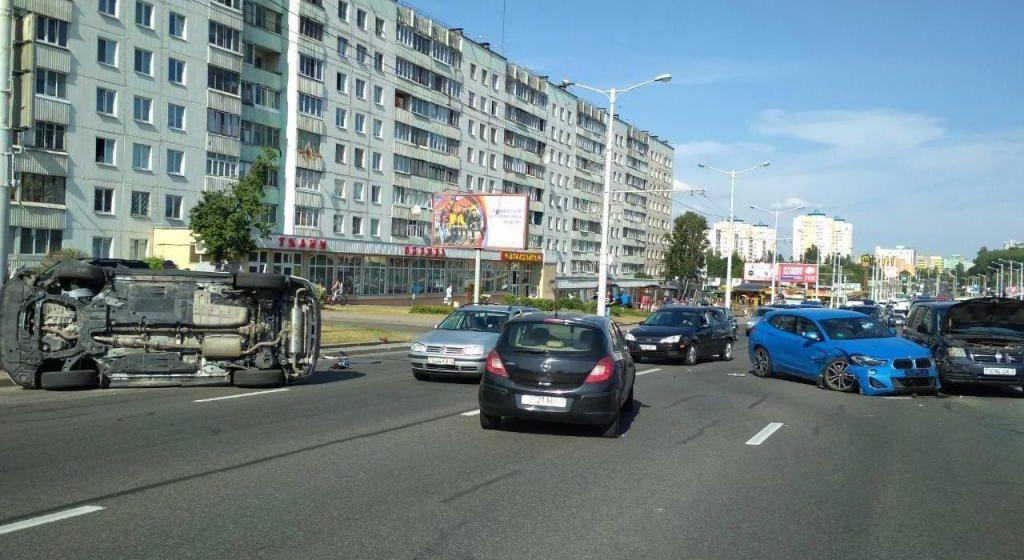 Массовая авария в Минске: столкнулись четыре автомобиля, один из них опрокинулся